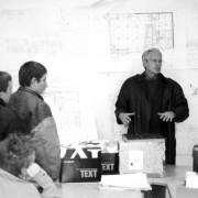 Explication de projet par Jean-Pierre Varin (architecte) dans un baraquement de chantier.