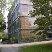 Exemple d'architecture durable au Vorarlberg (Aut.) le collège de Mäder (Carlo Baumschlaget et Dietmar Eberle - 1994-1998) sa consommation est de 20kWhm2an - photo: Maison de l'architecture de Franche-Comté - 2006.