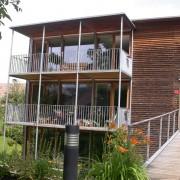 Exemple d'architecture durable au Vorarlberg (Aut.) la résidence Olzbundt à Dornbirn (Hermann Kaufmann - 1996-1997) la sur-isolation de ces 12 logements passifs permettent une consommation de 8kWhm2an au lieu de 130kWhm2an selon dernière la dernière réglementation thermique en France (RT 2005) et des 50kWhm2an pour la maison passive - photo: Maison de l'architecture de Franche-Comté - 2006.
