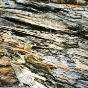 Schiste à l'état naturel permettant la fabrication d'ardoises - photo: Françoise Miller.