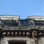 Immeuble classique dont les corniches d'attique sont en encorbellement pour servir de balcon - photo: Karine Terral.