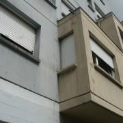 Immeuble en béton brut banché en bois - rue Montrapon à Besançon (25) photo: Karine Terral.