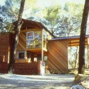 Vue extérieure d'une maison en bois au cœur d'une pinède nîmoise (30) photo: Odile Besème.