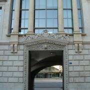 Couronnement du portail de l'ancien Arsenal de Besançon (25) restructuré en Palais de justice de Besançon (25) (Atelier Henri Gaudin - 1994-2003) photo: Karine Terral.