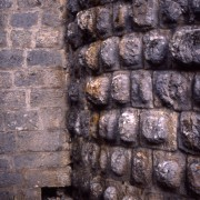 Bossage d'un mur de château.