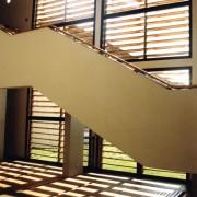 Brise-soleil de façade en bois - collège de Chatillon-le-duc (25) (Ferrini et Arnoult - architectes - 1999).