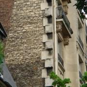 Alternance des pierres d'angle constituant le chaînage vertical reliant la façade rue de l'immeuble au mur pignon. Ce chaînage pourrait aussi faire la liaison avec la façade rue d'un nouvel immeuble grâce aux pierres laissées en attente - photo: Karine Terral.