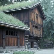 Toiture végétale de l'habitat traditionnel des lacs d'altitude norvégiens - photo: Thierry Voelckel.