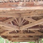 Charpente de toit à quatre versants d'un lavoir (30) photo: Françoise Miller.