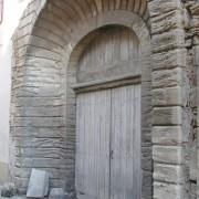 Quatre chasse-roues protègent l'embrasure de ce portail de Vallabrègues (30) photo: Françoise Miller.