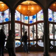Châssis en bois d'une fenêtre « art nouveau » dessinée par Antoni Gaudi - photo: Christine Belliard-Roman.