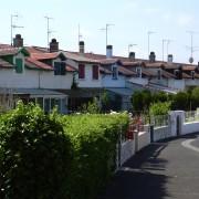 Maisons accolées des familles ouvrières d'une cité ouvrière - la Cité des Forges à Tamos - ancienne cité ouvrière des Landes - photo: Françoise Miller.