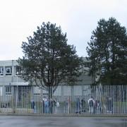 Clôture en acier galvanisé du collège de Saône (25) (Novae - architecte - 1999) photo: Karine Terral.