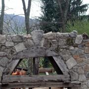 Coffrage en bois pour la réalisation d'un arc en plein cintre en pierres appareillées - photo: Françoise Miller.