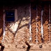 Colombage en Turquie -  détail de pan de bois et remplissage en briques de terre crue - photo: Gérard Lamorte.