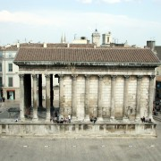 Entablement de la Maison carrée de Nîmes (30) temple romain - 1er siècle - photo: Françoise Miller.