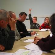 Etape de concertation entre les élèves - les élus de la commune et le personnel de l'équipement autour de l'aménagement de la cour d'école - photo: CAUE de l'Hérault.