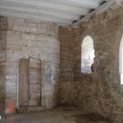 Corbeau en pierre surmonté d'une poutre pour recevoir les solives de plancher - château d'Oricourt (25) photo: Karine Terral.