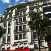 Immeuble à Pau (64) marqué par une composition différente en soubassement (rez-de-chaussée) en corps de bâtiment et en attique (les 2 derniers niveaux) photo: Agnès Frapin-Thomas.