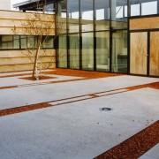 Cour intérieure de la salle polyvalente de Boult (70) (Pierre Guillaume - architecte) photographe: Nicolas Waltefaugle.