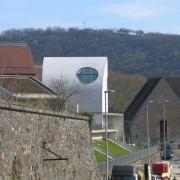 Couvertures (tuile - pierre - végétale) du lycée Condé de Besançon (25) (Quirot-Vichard - architectes - 1999) photo: Karine Terral.