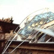 Couvrement en verre du toit du Dachausbau Falkestrasse (1984-1988) à Vienne du groupe Coop Himmelblau - architectes.