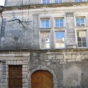 Fenêtre divisée en croix par un meneau : la croisée - ici d'un hôtel particulier.