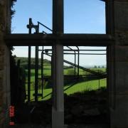 Fenêtre divisée en croix par un meneau (élément vertical) et un croisillon (élément horizontal) ici l'exemple d'une croisée du château d'Oricourt (25) XII-XVe - photo: Karine Terral.