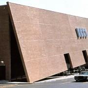 Déconstructivisme de la façade fracturée d'un des magasins BEST (E.U.) (SITE - architectes - 1979).