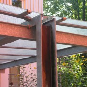 Descente d'eaux pluviales en acier corten - quartier Vauban de Fribourg (All.) 2005 - photo : Karine Terral.