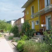 Exemple de développement durable - le quartier Vauban à Fribourg (All.) quartier aménagé pour le piéton et avec une volonté de réduire la consommation d'énergies de la maison et des transports (parkings collectifs en entrée de quartier - ligne de tramway - et vélo favorisé par les aménagements) photo: Karine Terral.