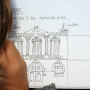 Collégienne réalisant une élévation à main levée de la façade du musée Fabre - photo: Odile Besème.
