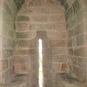 """Large embrasure meublée de deux banquettes de pierre appelées """"coussièges"""" - remparts d'Aigues Mortes - photo: Odile Besème."""