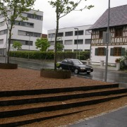 Emmarchement d'une petite place publique en Autriche - photo: Karine Terral.