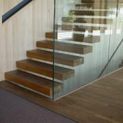 Escalier en lamellé-collé le Centre communal de Ludesch (Autriche) (Hermann Kaufmann - 2005) photo: Maison de l'architecture de Franche-Comté - 2006.