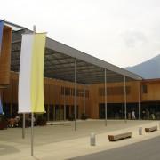 Espace public du Centre communal de Ludesch (Autriche) (Hermann Kaufmann - 2005) photo: Maison de l'architecture de Franche-Comté - 2006.