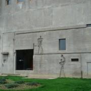 Dessin sur la façade de l'Unité d'habitation de Le Corbusier à Firminy (62) montrant la coupe d'un appartement duplex.