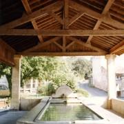 Ferme de toit avec contrefiches d'un lavoir se composant de 2 arbalétriers - 1 entrait - 1 poinçon et 2 contrefiches - photo: Françoise Miller.
