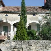 """Galerie traditionnelle des maisons rurales gardoises - appelée """"calabert"""" dans l'Uzège - photo: Françoise Miller."""