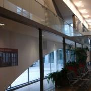 Garde-corps intérieur en verre de l'Ecole Normale Supérieure de Lyon (69) 1997-2000 - Atelier Henri Gaudin - photo: Karine Terral.