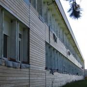 Clins de bois posés à l'horizontale protégeant l'isolation extérieure rajoutée lors de la restructuration du collège de Maîche (25) 2006 - photo: Karine Terral.