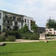 Exemple de développement durable - le quartier Vauban à Fribourg (All.) quartier aménagé pour le piéton et avec une volonté de réduire la consommation d'énergies de la maison (chaque maison de ville est équipé de panneaux solaires et est sur-isolées) et des transports - photo: Karine Terral.