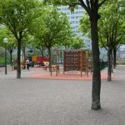 Jardin public de bas d'immeuble - quartier de la Duchère - Lyon (69) photo: CAUE du Rhône.