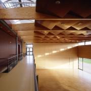 Structure lamellé-collé de la salle de la Maison Intercommunale de l'Enfance et des Loisirs - Offemont (90) (Philippe Jean - architecte - 2004).