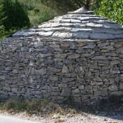 Empilement des lauzes calcaires d'une capitelle gardoise - photo: Françoise Miller.