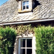 Habitation rurale dans le Cantal - couverte de lauzes de schiste - photo: Françoise Miller.