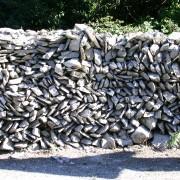 Mur de pierres sèches (maçonnerie de pierres posées sans mortier) photo: Françoise Miller.