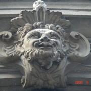 Mascaron décorant une clé d'arc de porte - grande rue à Besançon (25) photo: Karine Terral.