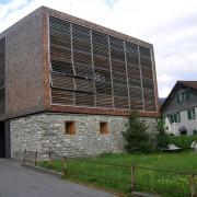 Association de deux matériaux traditionnels d'Autriche : mur de pierre et façades en tavaillon de mélèze - maison-atelier à Dornbirn (Autriche) photo: Karine Terral - 2006.