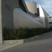 Association de deux matériaux industrialisés : le béton et le métal - l'école normale supérieure de Lyon (69) (agence d'architectes Henri Gaudin - 1997-2000).